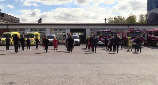 """Här dansar hela räddningsväsendet i Österbotten """"Jerusalema"""" framför brandstationen i Vasa."""