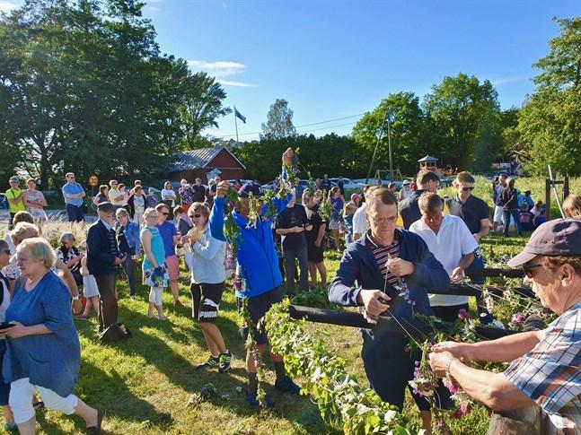 –Enligt obekräftade rykten brukar folk komma ända från Åbo för att se just vår stång resas, säger Pär Mickos, ordförande för föreningen Kirjais och Sommaröbygdens utveckling.
