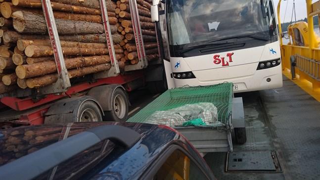 Timmerbilen hade placerats för långt fram på Bergöfärjan när den fick problem lägga till vid färjeläget på Bredskär den 22 juni.