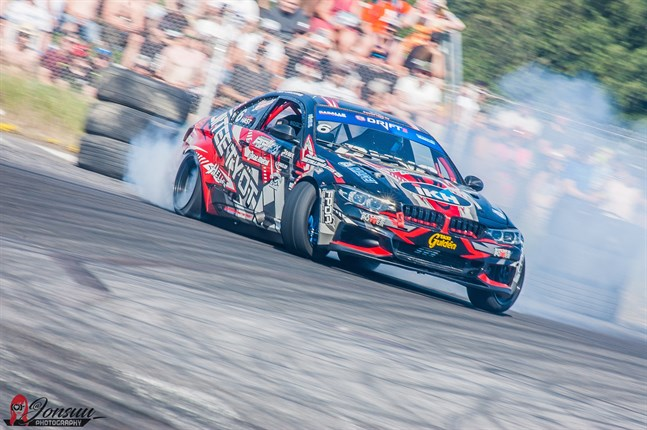 Jonathan Hast sladdar runt med en BMW M3 med 800 hästkrafter under motorhuven. Kasköbon är en av landets bästa förare i drifting.