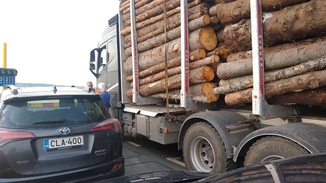 Timmerbilen placerades så långt fram att fören på Bergöfärjan trycktes ner och aktern upp på morgonturen i tisdags.