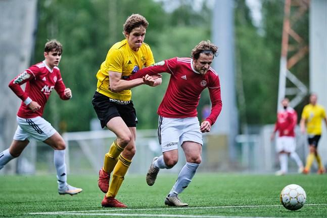 Semso Mujkic, till höger – här borta mot FC Kiisto, säkrade en poäng åt Kikken hemma mot KPV Akatemia.