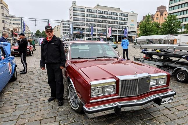Rolf Frans från Närpes med sin Chrysler Fifth Avenue av årsmodell 1985.