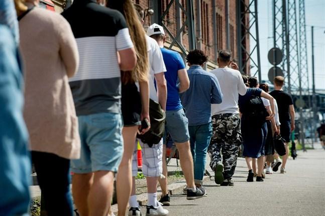 Helsingforsbor köar för vaccinering i början av juni.