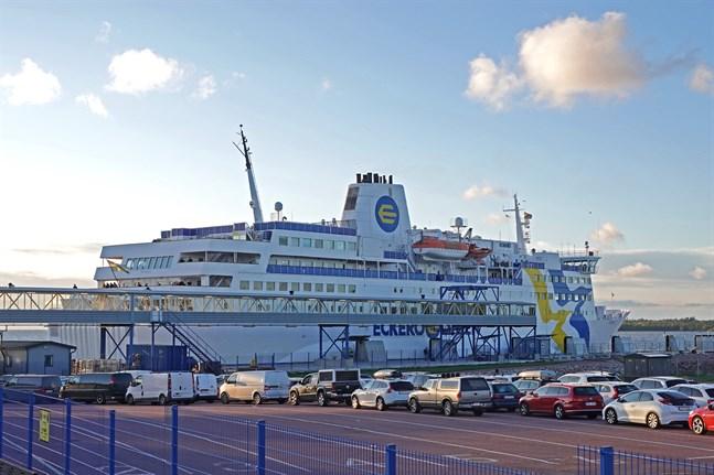 De åländska rederierna Eckerölinjen och Viking Line anser att regeringen borde följa EU:s gemensamma trafikljusmodell vid inresor till Finland.