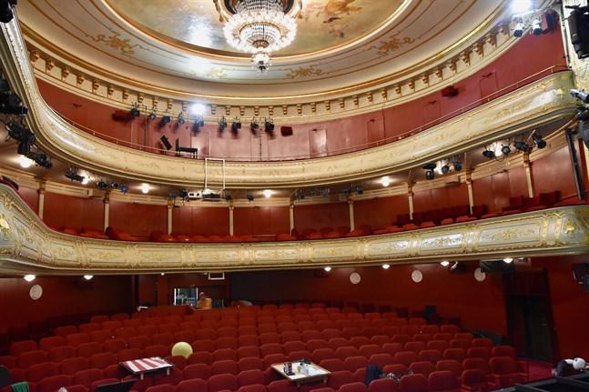 På grund av coronaepidmein har teatersalongerna stått tomma och biljettintäkterna uteblivit.