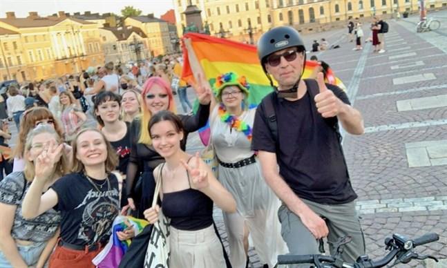 Jussi Halla-aho poserade med aktivister och regnbågsflagga dagen efter att han meddelade att han inte ställer upp för omval som Sannfinländarnas partiordförande.