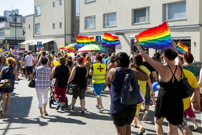 """I finlandssvenska hbtqi-kretsar brukar det enligt Catariina Salo pratas om en tid före och efter Jeppis Pride 2014. Det här nämner hon i sin essä """"En liten queer bok"""", som ingår i samlingen """"En liten bok om förälskelse""""."""