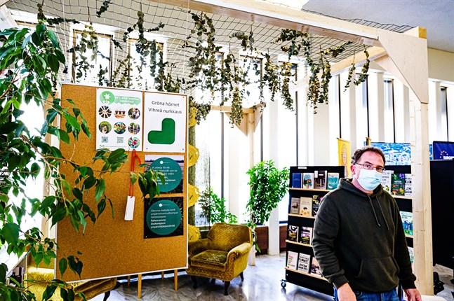 Som första bibliotek i Österbotten har biblioteket i Jakobstad fått ett grönt certifikat från Ekokompassen, berättar projektledare och bibliotekarie Martin Lövstrand.