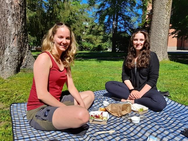 Sabina och Tinja Saramo inviger midsommaren med lunch i parken.
