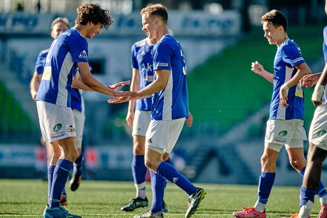 Bilden är från första mötet mot OTP den 24 juni då VIFK vann med 3–2. Då, liksom på lördagseftermiddagen, gjorde Hannes Hiekkanen ett av målen.