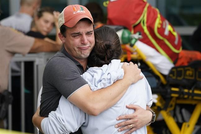 Anhöriga till befarade dödsoffer i husraset i Miami väntar på besked.