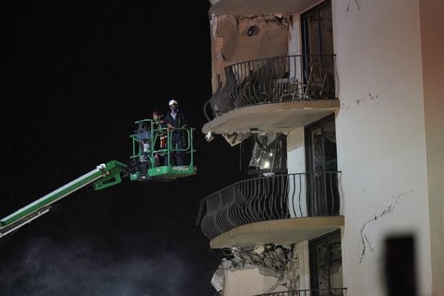 Räddningsarbetare vid det kollapsade huset på torsdagen.