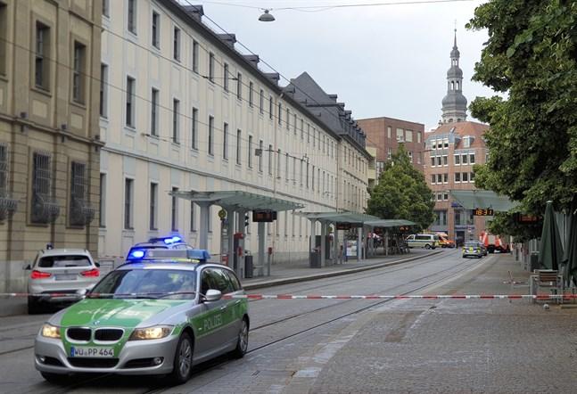 Stora delar av centrum i Würzburg har spärrats av efter en knivattack.