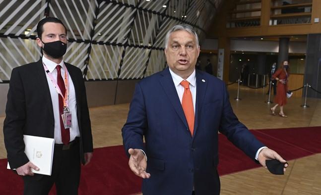 Ungerns premiärminister Viktor Orbán slår ut med armarna vid ankomsten till EU-toppmötet i Bryssel.