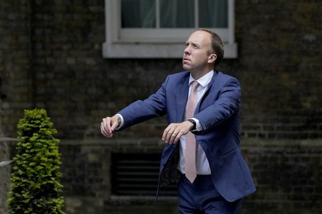 Storbritanniens hälsominister Matt Hancock ber om ursäkt efter att ha brutit mot landets covidrestriktioner. Bild från 7 juni.