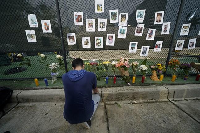 Anhöriga har satt upp bilder på de saknade efter husraset i Surfside, Miami.