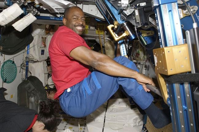 Astronauten Leland Melvin under ett träningspass på rymdstationen ISS 2009. Nu är han talesperson för ett projekt som ska öka hållbarheten för astronauternas garderober.