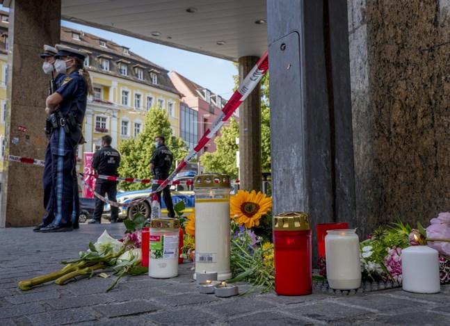 Blommor och tända ljus i centrala Würzburg dagen efter knivdådet.