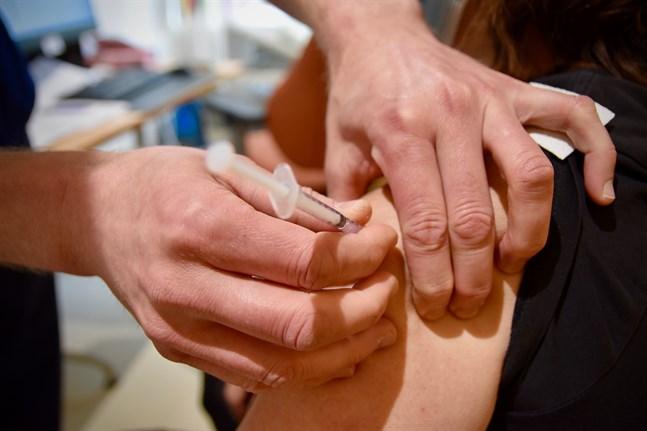 Nästan 60 procent av Finlands befolkning har nu fått minst en dos coronavaccin.