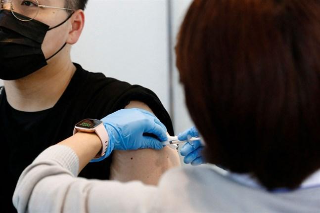 Nästan 18 procent av befolkningen har fått två doser coronavaccin.