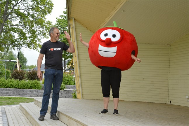 High five på den! Äntligen blir det liv i Närpes centrum kan Kjell Wickman och Maria Filippa Sundlin (i tomatdräkten) konstatera när Tomatveckan går av stapeln.