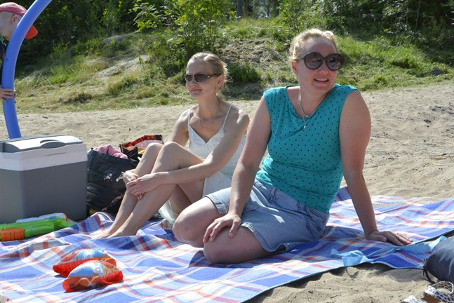 Catharina Skur och Åsa Söderman-Rantakoski undrar varför det tar tid att få bryggan fixad kommunen vetat om problemet under en längre tid.