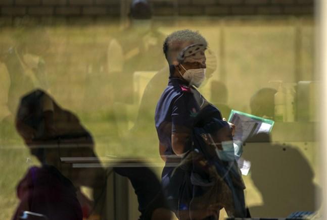 En vårdarbetare i Johannesburg väntar på att få vaccin i en bild från i mars.