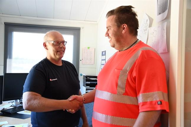 Nu ger Rasmus Sigg över stafettpinnen till nya vd:n för Retex. Mattias Groos (till vänster) har blivit majoritetsägare och tagit över vd-posten efter Sigg. Sigg fortsätter med andra uppgifter inom företaget.