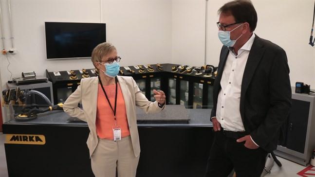 Stöden for nog rätt i slutändan, säger Nina Kopola som är chefdirektör för Business Finland. I tisdags besökte hon Mirka och Mats Sundell som är vice vd.