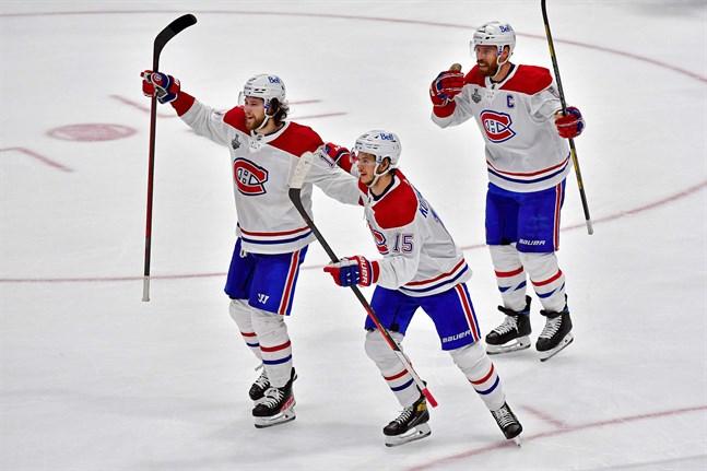 Jesperi Kotkaniemi, i mitten, och de andra finländska NHL-spelarna kan snuvas på ännu ett OS. Kotkaniemi och hans Montréal förlorade den första Stanley Cup-finalen mot Tampa Bay med 5–1 natten till tisdagen finsk tid.