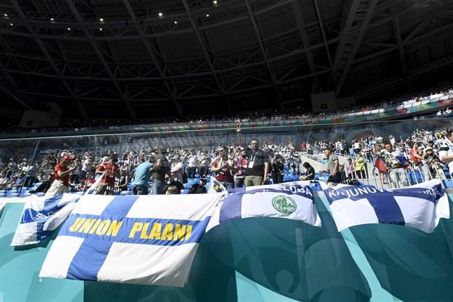 Över 300 av de fotbollsfans som besökte S:t Petersburg förra veckan har bekräftats coronasmittade.