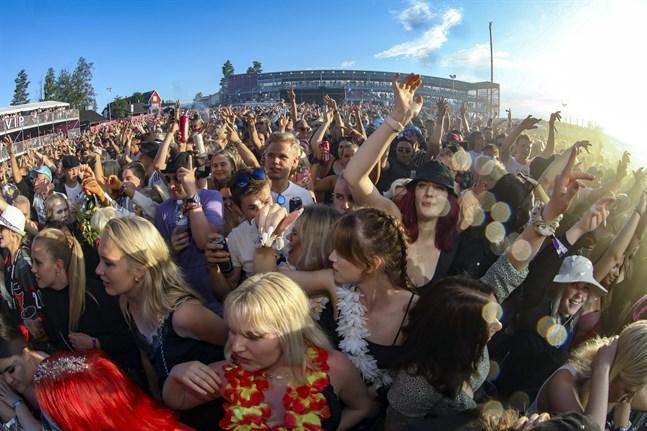 Personer som vistades på festivalen i Himos uppmanas söka sig till coronatest genast om symtom dyker upp.