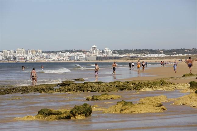 Turister på stranden i Albufeira i regionen Algarve i södra Portugal. Bilden är från den 18 maj, då framför allt brittiska turister just börjat anlända i större antal efter att reserestriktioner lättats.