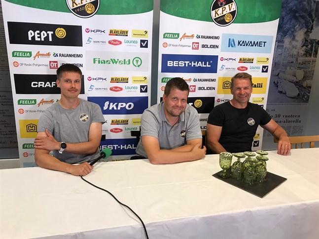 Niko Kalliokoski i mitten får lämna posten som KPV-tränare. Niklas Vidjeskog (t.h) tar över. Tommi Saarinen (t.v) är avstängd när Vidjeskog gör sin första match som ansvarig tränare mot Gnistan på onsdag.