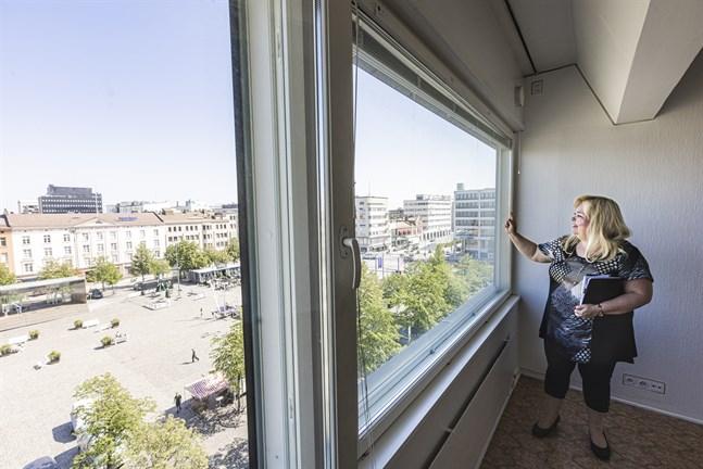 Titta på den här utsikten, säger Christel Björk. Hon har jobbat med bostadsförmedling i trettio år. Fjolåret var annorlunda, men nu börjar det se ut lite mer som vanligt igen.