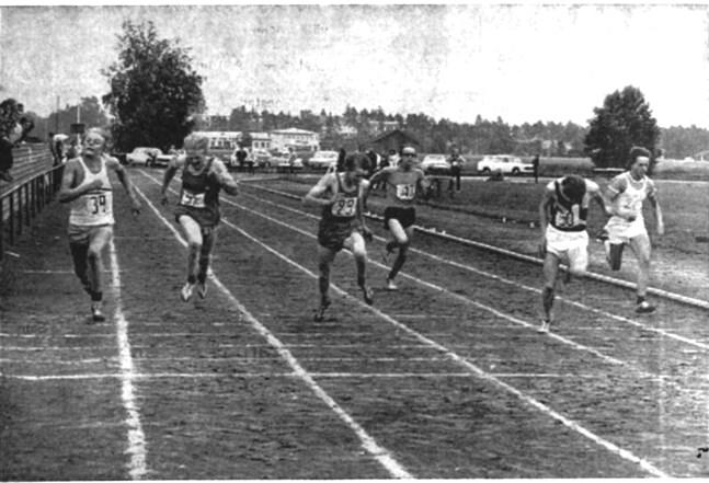 Det jämna fältet i A-pojkarnas 100 meters final. Standards M. Forss utropades slutligen som segrare, J-O Eriksson, Drott blev tvåa på samma tid. Krafts Erik Sund blev sexa.