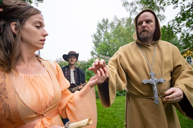 Regina von Emmeritz (Enina Elenius) och Munken (Kristian Brunell) i sommarteatern Konungens ring.