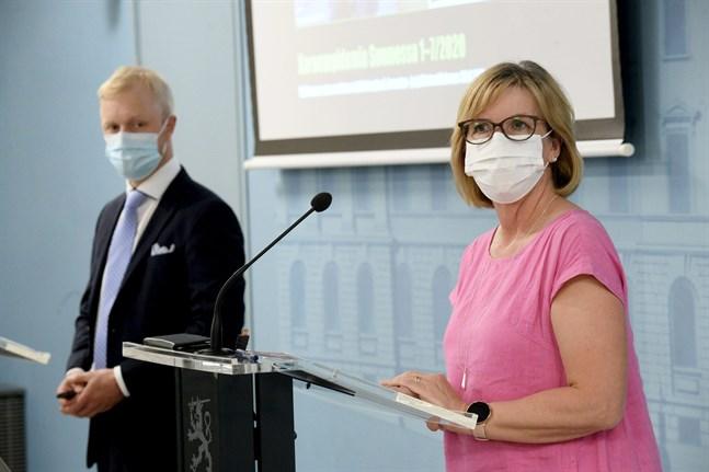Olycksutredningscentralens utredare Kai Valonen överlämnade centralens coronarapport till justitieminister Anna-Maja Henriksson (SFP) på onsdagen.