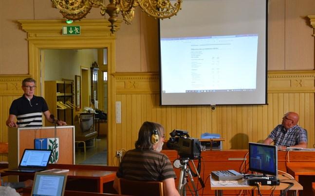 Ekonomidirektör Esa Högnäsbacka presenterade bokslutet för 2020  och där finns mycket att begrunda för stadsfullmäktiges ordförande Kari Häggblom (SDP) och de övriga ledamöterna.