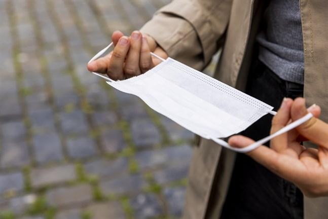 Det rekommenderas fortfarande att man använder munskydd på offentliga platser eller om man inte kan hålla säkerhetsavstånd.