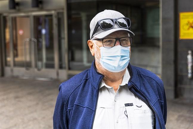 Mauritz Ulfvens har märkt att färre använder munskydd i butiken. Men i Närpes, där han bor, är det fler som använder än i Vasa.