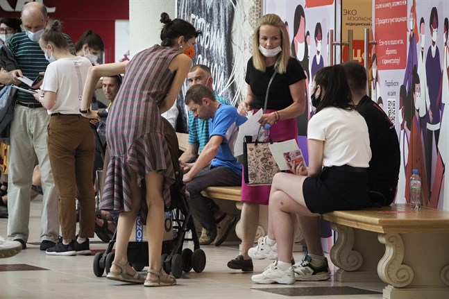 Folk köar för att få Rysslands coronavaccin Sputnik V i landets näst största stad S:t Petersburg.