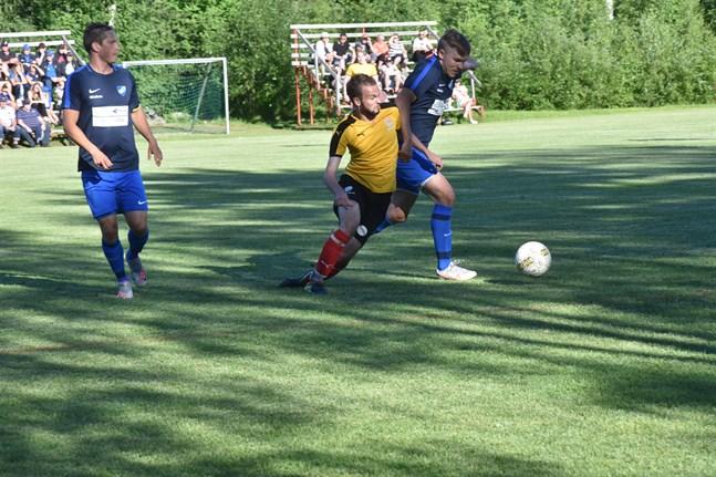 Matts Pettersson (till vänster) gjorde hattrick för Esse IK.