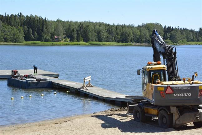 Arbetet med att flytta betongblocken och kättingarna runt bryggan beräknas vara klart tills veckoslutet.