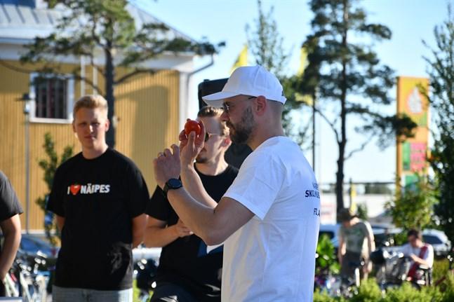 I en av grenarna gällde precisionskastning med tomat. Skolmusikkårens Benny Ojala koncentrerar sig.