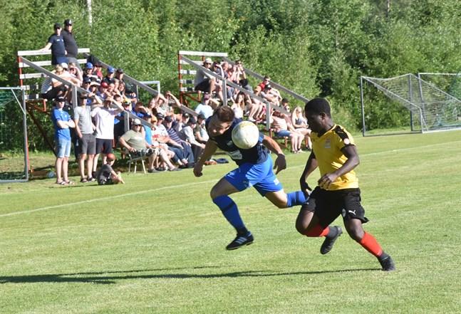 Närkamp på Falli i torsdagens division fyra-derby mellan PeFF och Esse IK. André Sandström nickar bollen förbi hemmaförsvararen George Yamoah.