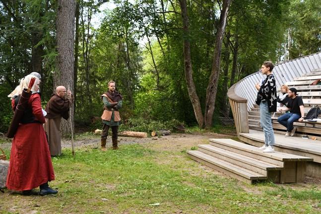 I år är det Lilian Ruotsala som regisserar sommarens pjäs på Vridläktaren i Närpes. Till sin hjälp har hon Alex Holmlund (i bakgrunden) som fungerar som regiassistent.