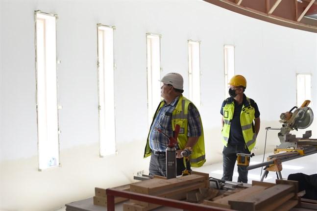"""Runt 200 elever kommer snart att flytta in i """"snäckan"""". Tekniska direktören Edd Grahn och skolans rektor Staffan Holmberg betraktar de nyinsatta fönstren i södra gaveln."""