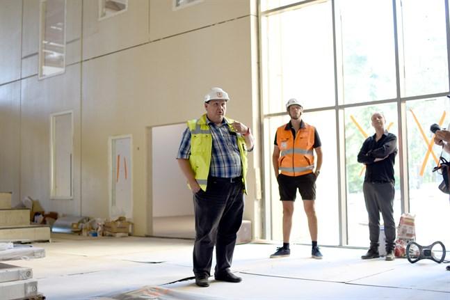 Tekniska direktören Edd Grahn, Matias Wik från huvudentreprenören Wikcon och arkitekt Anders Höglund visade upp skolbygget på Mosebacke.